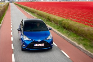 2017 Toyota Yaris Hybrid Blue Dynamic 38
